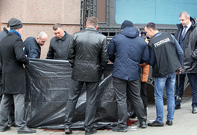 Law enforcement officers at the site of Denis Voronenkov's murder, Kiev, March 23