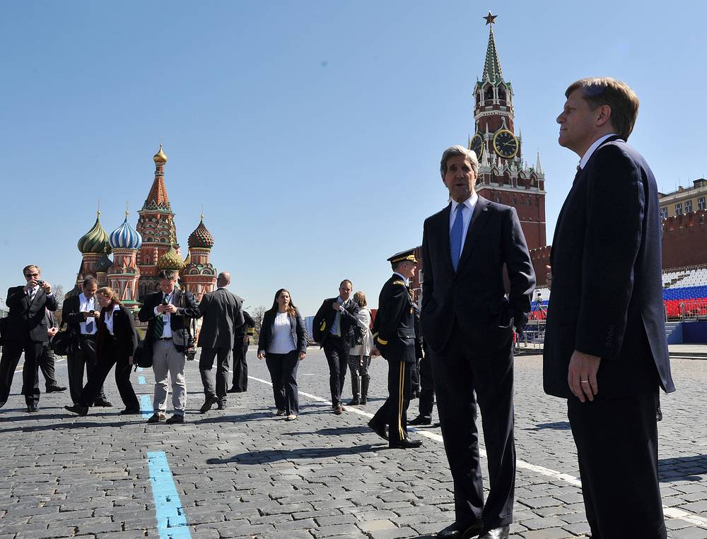 A well-known specialist in Eastern Europe, McFaul visited USSR and Russia many times. Photo: U.S. Secretary of State John Kerry, second right, speaks with the US Ambassador to Russia Michael McFaul, right, during a walk in Red Square, May 2013