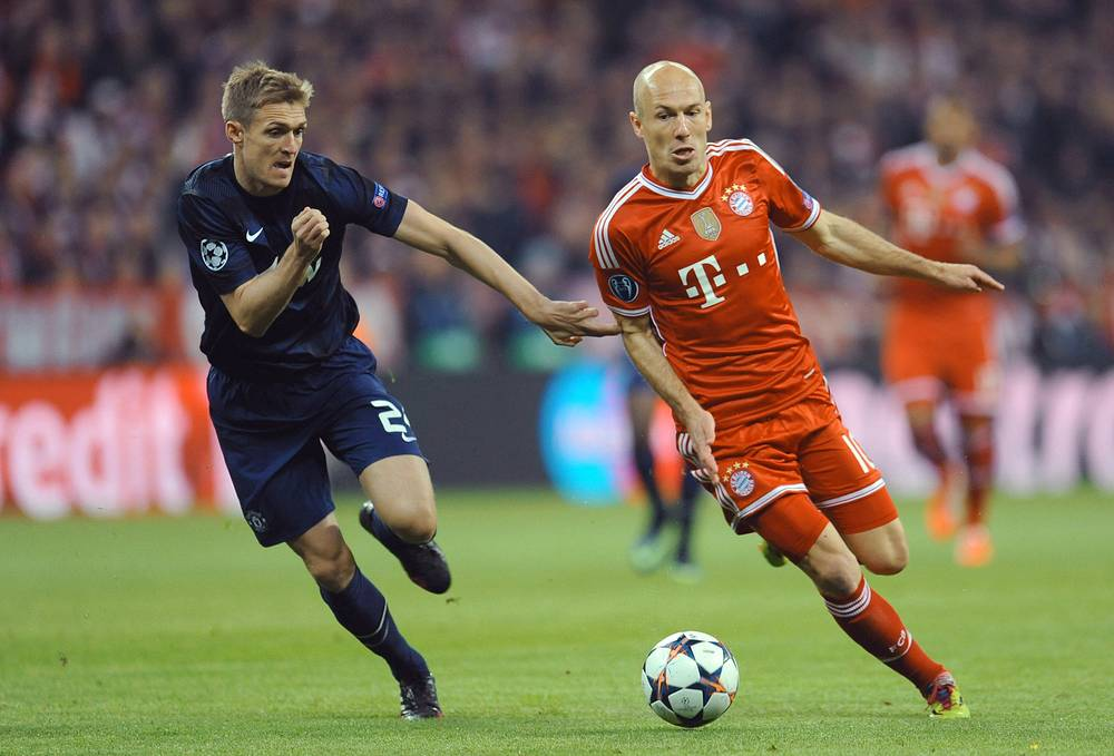 Bayern Munich's Arjen Robben (R) in action against Darren Fletcher of Manchester United