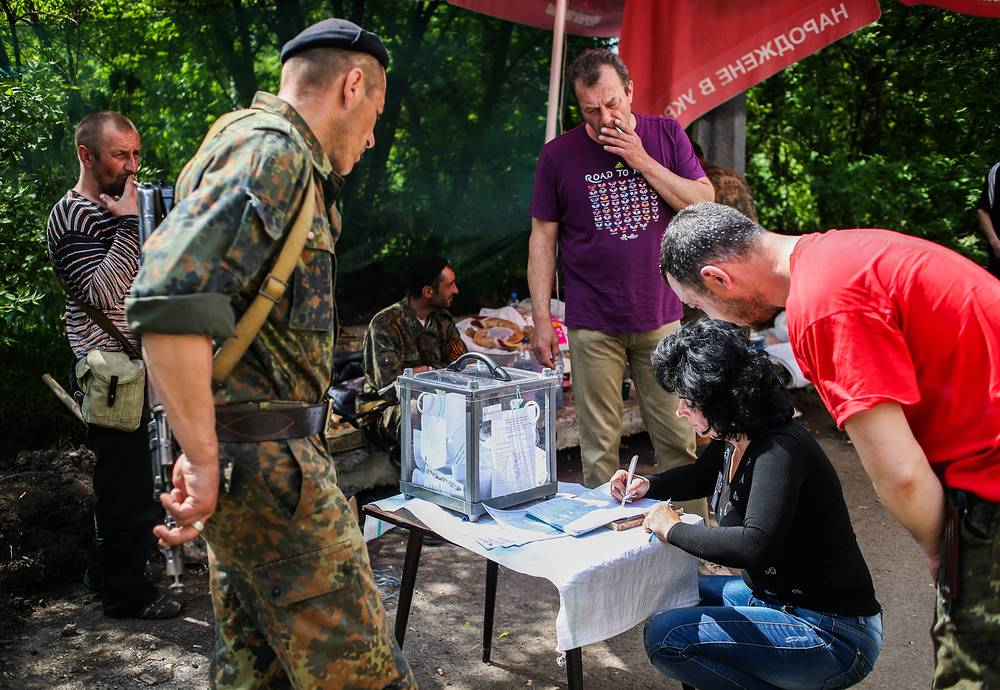 Voting at a checkpoint controlled by Donbass militia