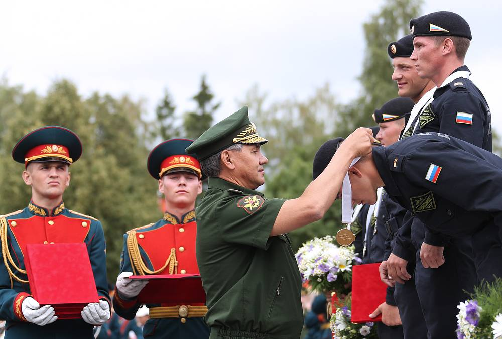 Russia came in first. Photo: Russian Defense Minister Sergei Shoigu awards the Russian crew