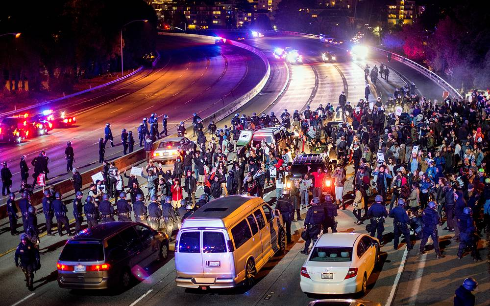Photo: Protesters block Interstate 580 in Oakland, USA, November 24, 2014, after the announcement of the grand jury decision not to indict Ferguson police officer Darren Wilson in the fatal shooting of Michael Brown, an unarmed 18-year-old