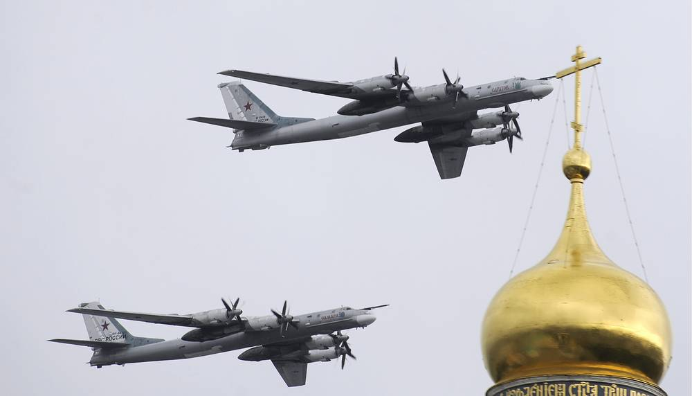 Tu-95 entered service with the Soviet Union in 1956. Photo: Tu-95MS strategic bombers fly over Moscow's Kremlin during rehearsal of the May 9 Victory Day military parade in Red Square.