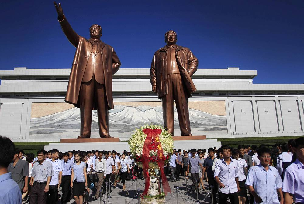 "One of Pyongyang's many historic names is Ryugyong, or ""capital of willows"". Photo: bronze statues of North Korean late leader Kim Il Sung and his son, Kim Jong Il at Mansu Hill,  in Pyongyang"
