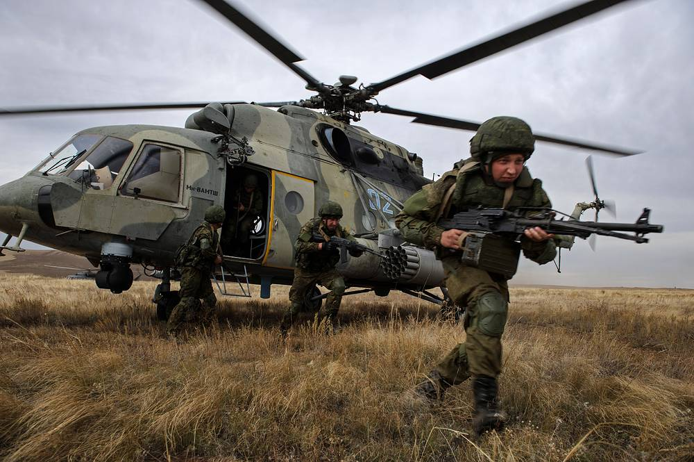 The troops practise use of advanced automatic communications and control systems, mobilized deployment and check the organization of territorial defense