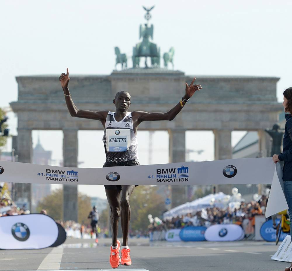 Kenia's Dennis Kimetto crossing the finish line to win the Berlin marathon in a world record time in Berlin, Germany