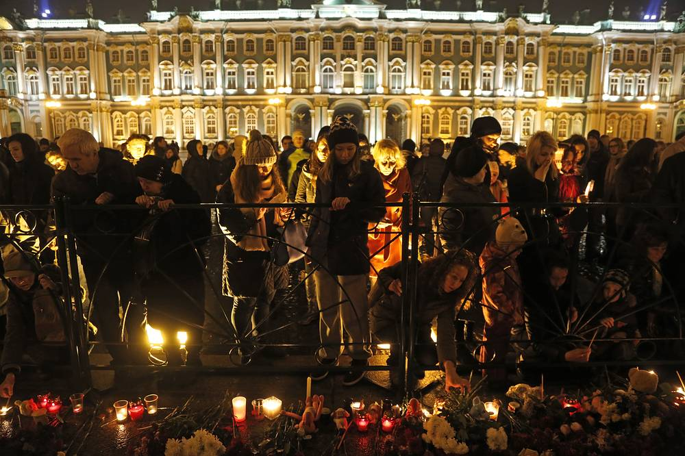 Mourning for the plane crash victims at Dvortsovaya (Palace) Square in St. Petersburg