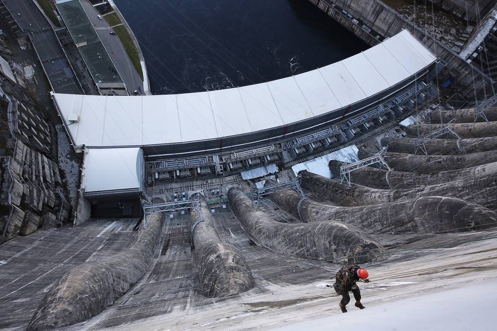 Dam clearing works at the Sayano–Shushenskaya hydroelectric power station on the Yenisei River, November 3, 2015