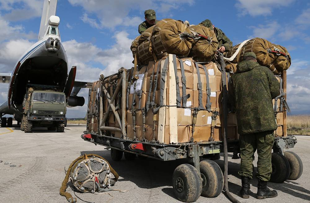 Russian servicemen loading humanitarian aid into an Ilyushin Il-76MD airlifter ahead of sending it to residents of the Syrian city of Deir ez-Zor