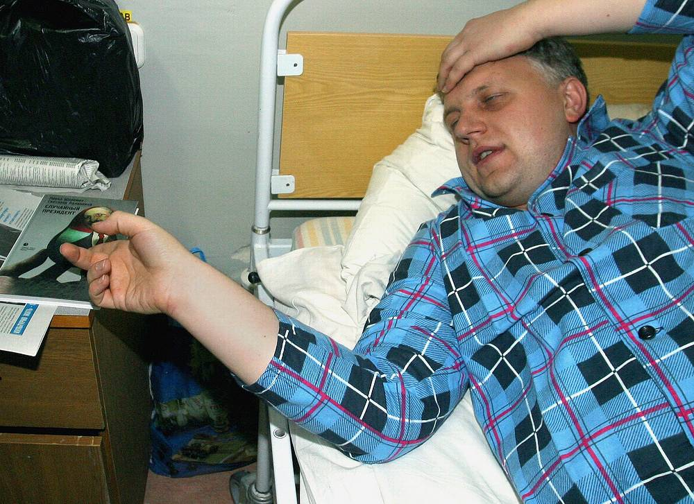 Pavel Sheremet in hospital with a head injury, 2004