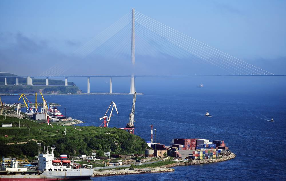 A cable-stayed bridge across the Eastern Bosphorus strait to Russky Island