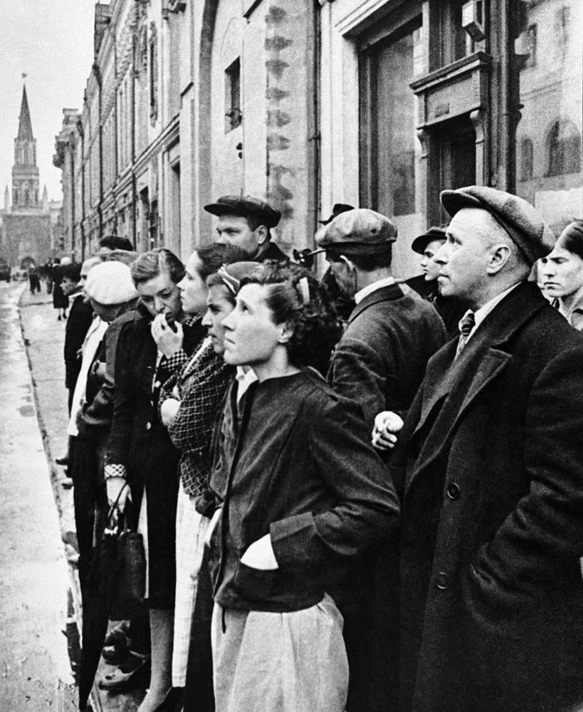 Muscovites listening to radio broadcasts about Nazi Germany's attack on the USSR, 1941