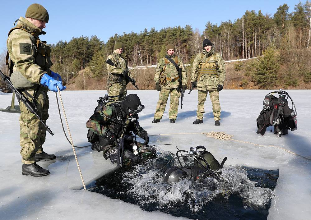 Soldiers and military divers of the special forces of Russia's Federal National Guard Service