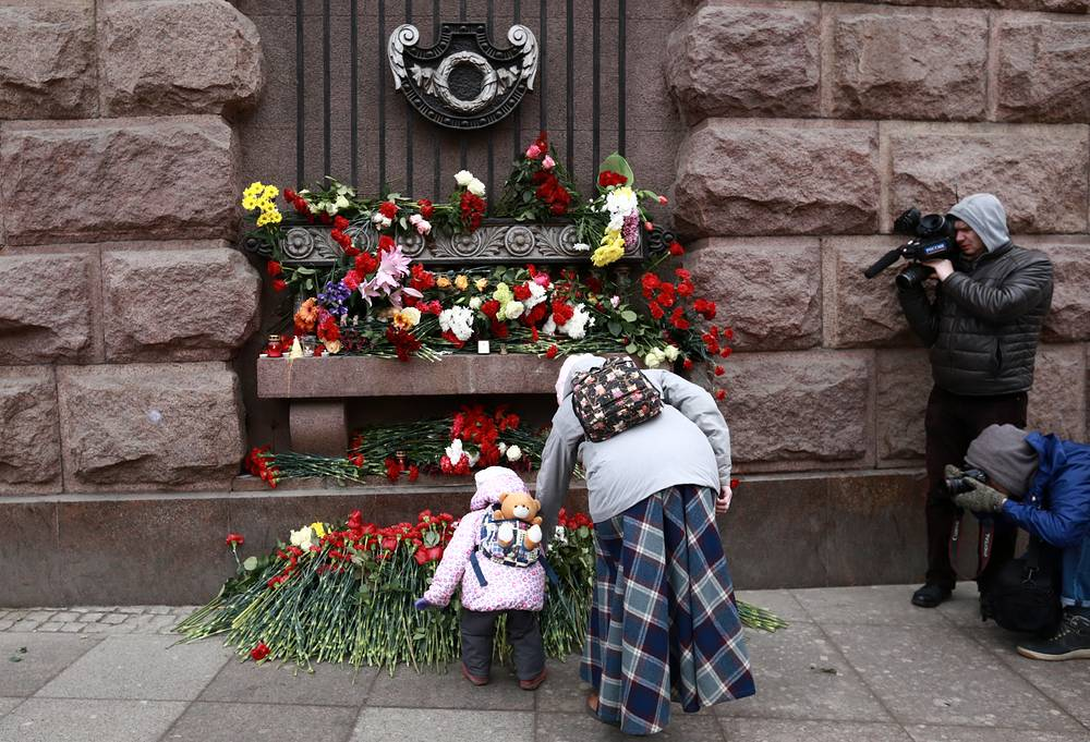 Flowers in memory of the explosion victims at Tekhnologichesky Institut station, Saint Petersburg
