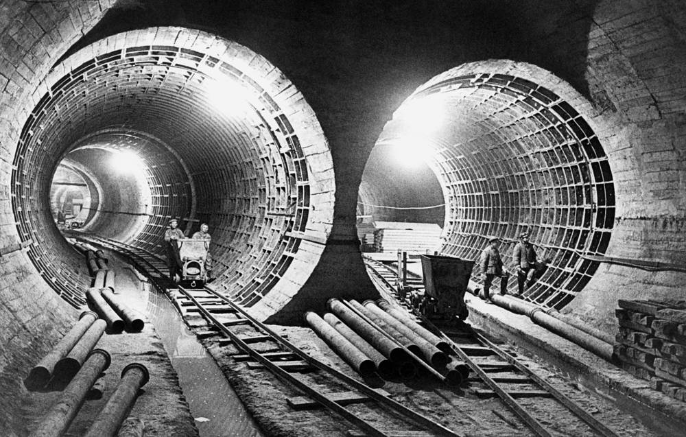 The system is mostly underground, with the deepest section 84 metres underground at the Park Pobedy station, one of the world's deepest. Photo: A view of the 4th construction stage of the Moscow Metro, 1948
