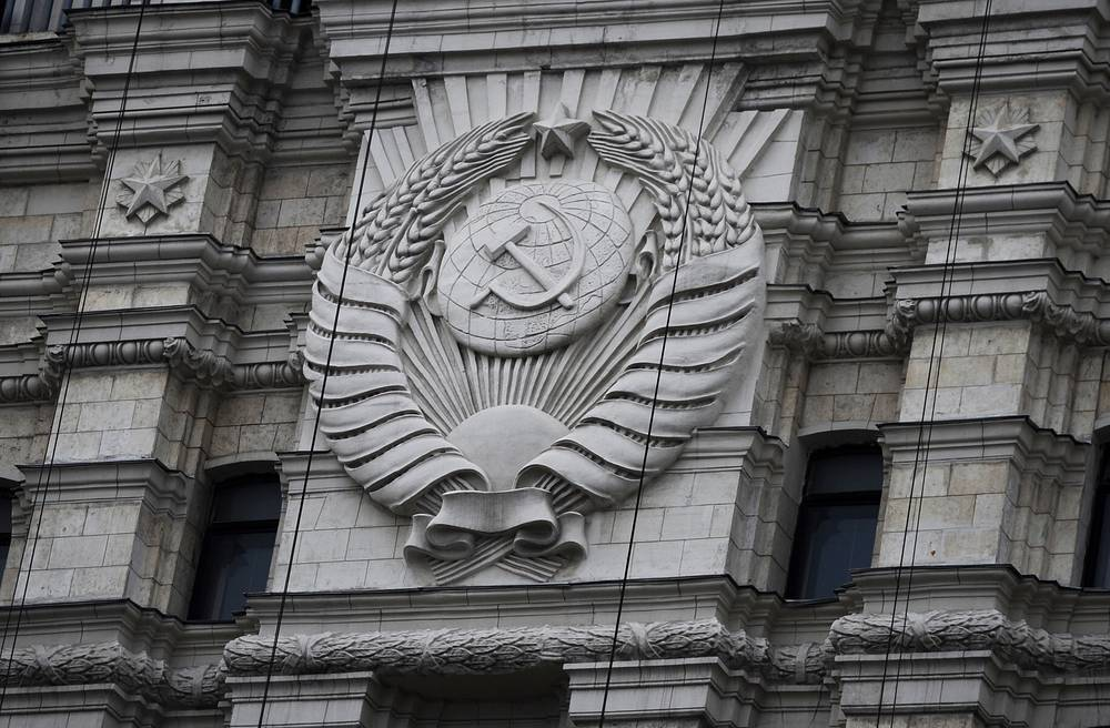 The construction of the tower was complicated by its location near the Moscow Metro tunnels and the Red Gates station. Second entrance to the station was built into the ground floor of the tower. Photo: A Soviet emblem on the Red Gates administrative building