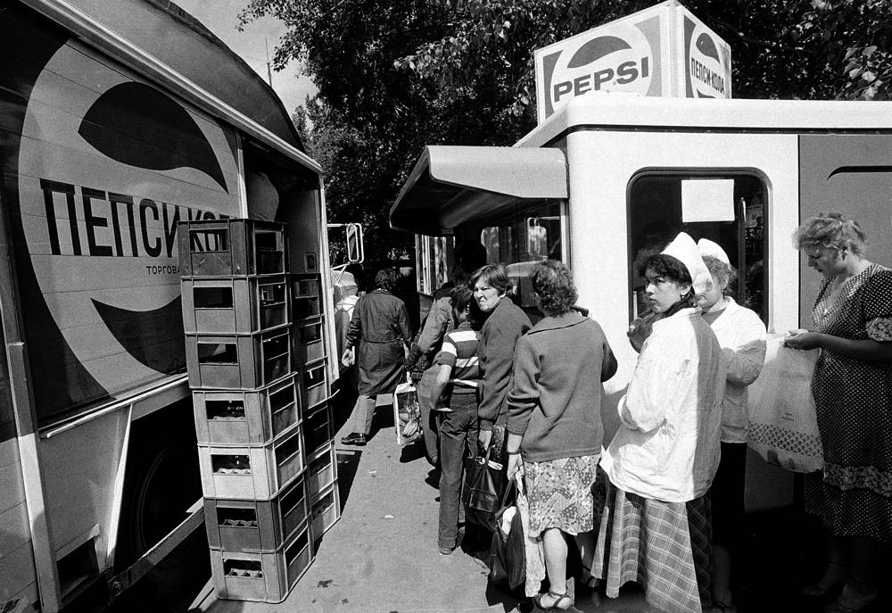 Moscow residents line up at one of the refreshment stands in the city where one can buy a Pepsi Cola, which is produced under license in the USSR, in Moscow, July 14, 1980