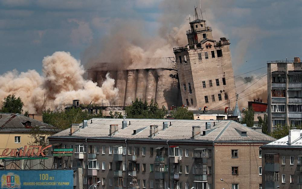 Destroying the former Zernoprodukt flour mill by building implosion, Ivanovo, August 5