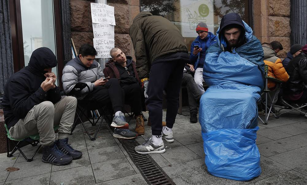 Customers huddle in front of the Apple Store in Moscow as they wait for the release day of Apple's new iPhone XS and XS Max, September 27