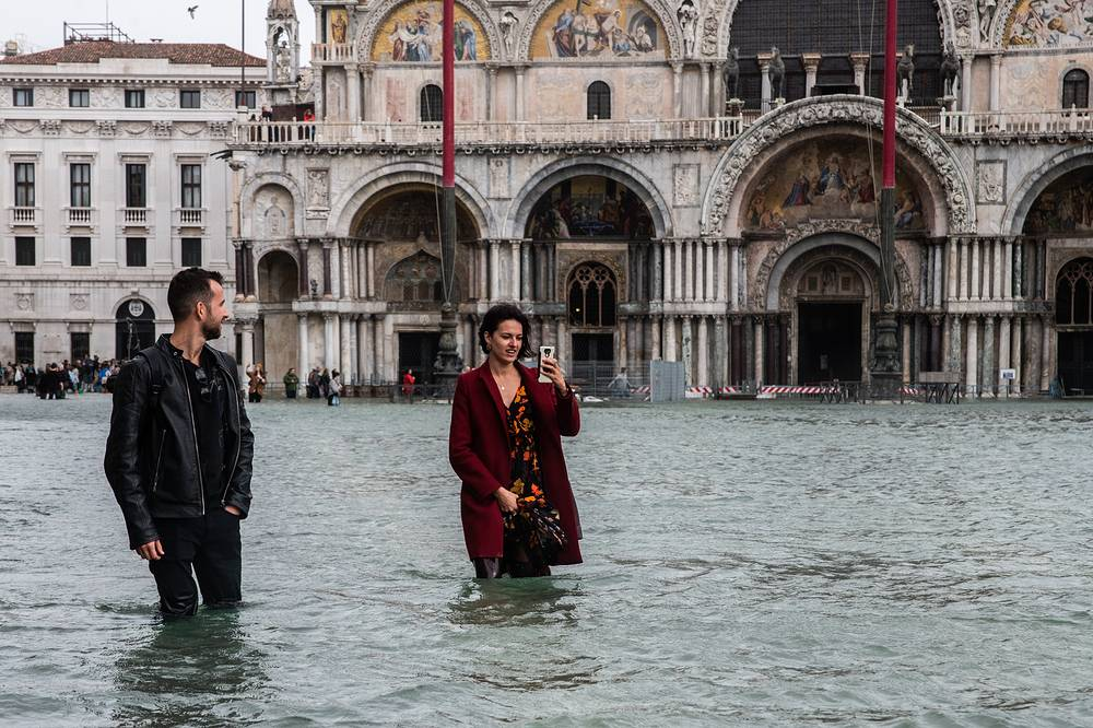 Weather emergency pour into Venice due to the high waters, October 29. Practically, the entire city has been submerged with maximum water levels reaching 160cm at sea level