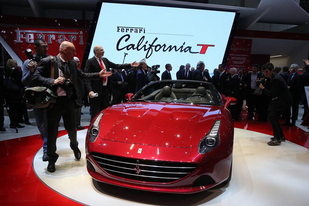 "Автомобиль Ferrari ""California T"" на стенде Ferrari"