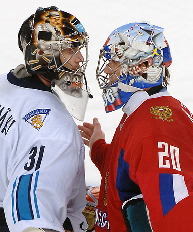Finland's goalkeeper Antero Niittymäki having a heated conversation with Russia's Evgeny Nabokov during the XX Turin Universiade