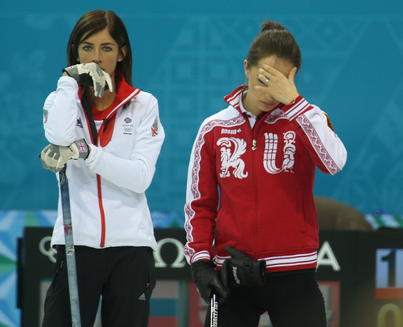 British Eve Muirhead (L) and Russia'a Anna Sidorova