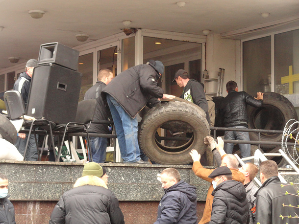 Supporters of Ukraine's federalization at the building of the city council
