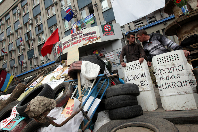 Activists guard the entrance to the Security Service building in Sloviansk