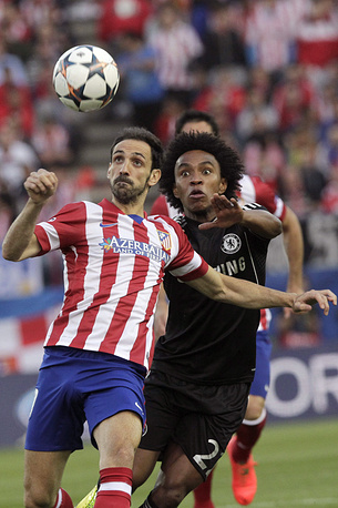 Atletico Madrid's defender Juanfran (L) and Chlesea's Brazilian player Willian