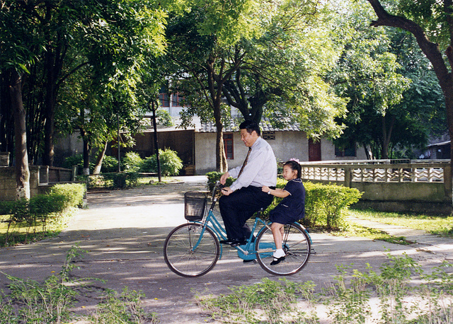 Chinese President Xi Jinping has an only daughter with his wife Peng Liyuan. Photo: Xi Jinping carries his daughter with a bicycle in Fuzhou, the capital of southeast China's Fujian Province in 2012