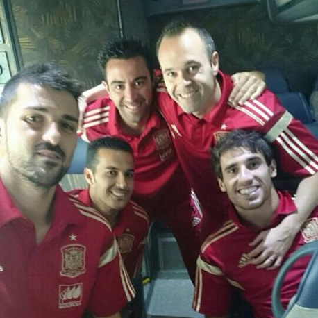 Andres Iniesta, Pedro Rodriguez, Javi Martinez, David Villa and Xavi made a group selfie