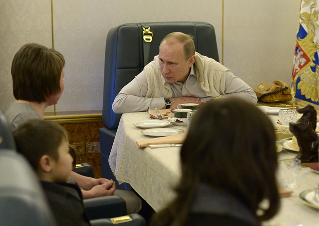 Vladimir Putin in a meeting on board the presidential plane in 2003