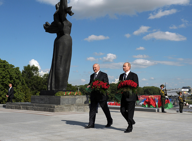 Vladimir Putin and Alexander Lukashenko lay wreaths of flowers to the Monument of Victory