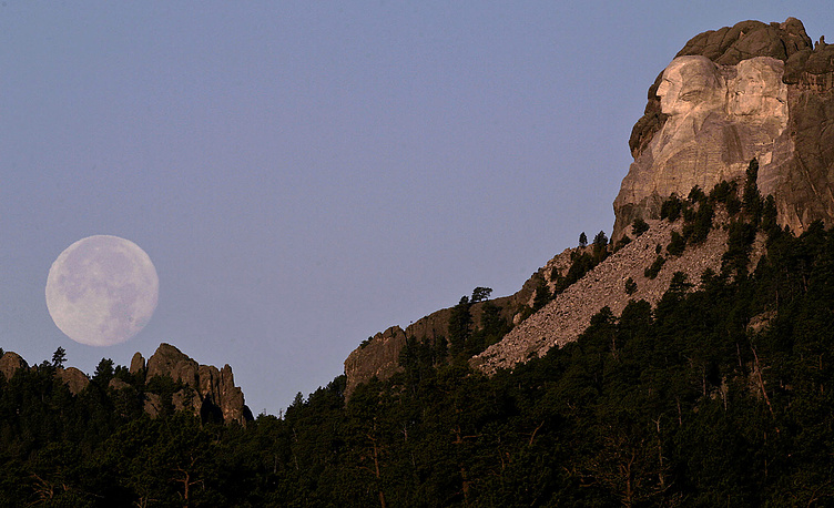 South Dakota's Mount Rushmore National Memorial  features 60-foot (18 m) sculptures of the heads of four US presidents: George Washington (1732–1799), Thomas Jefferson (1743–1826), Theodore Roosevelt (1858–1919), and Abraham Lincoln (1809–1865).
