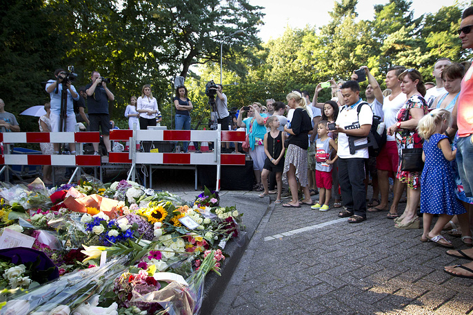 Mourners lay flowers at the entrance of the Korporaal van Oudheusdenkazerne in Hilversum