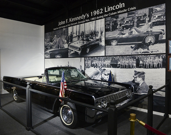 Johan F. Kennedy (US president 1961-1963) used a Lincoln Continental. At the time of the assasination in Dallas, Texas, he was in a convertible Lincoln Continental SS-100-Х