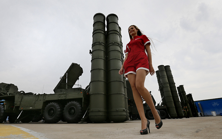 A S-400 Triumf anti-aircraft defense system