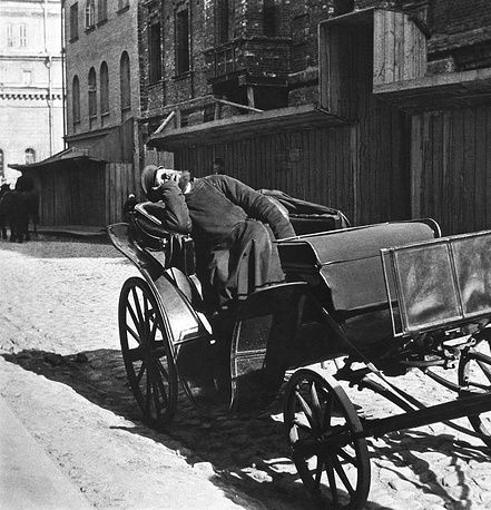 City transport of pre-revolutionary Russia. A sleeping horse-cab driver, 1910
