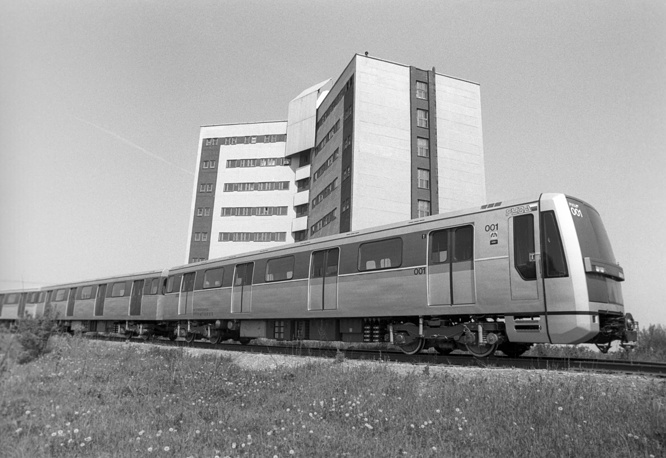 Each line is identified by a name, a number and a colour. The upcoming station is announced by a male voice on inbound trains to the city center, and by a female voice on outbound trains. Photo: Testing of a new rolling stock of Moscow Metro, 1992