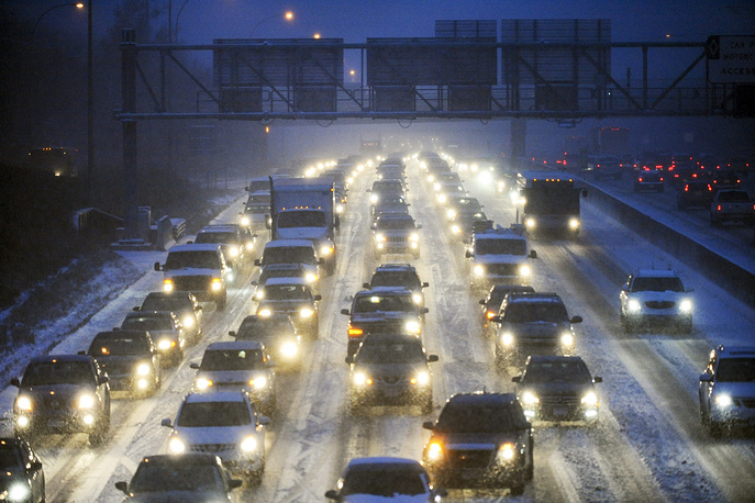 Photo: Traffic on Interstate 35 during the season's first snowstorm in Minneapolis, USA, 10 November 2014