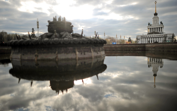 Photo: The Central Pavilion pictured from a Central alley fountain at the All-Russia Exhibition Centre, 2011