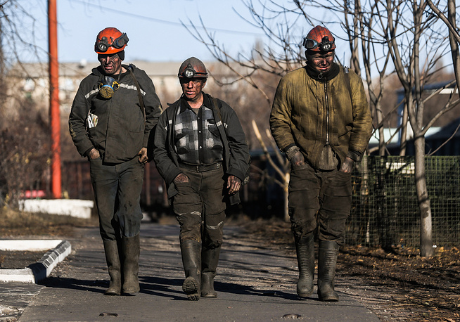 Kiev authorities blocked the accounts of the mines located in Donetsk region and stopped paying miners their salaries. Photo: Workers of Kommunarskaya coal mine No 22