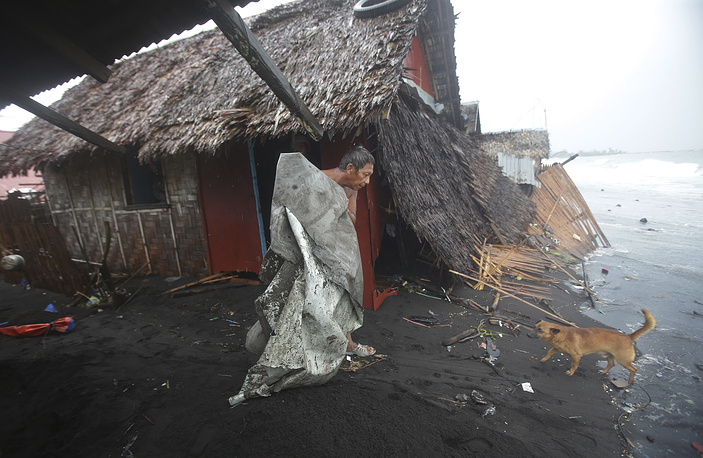 At least 22 people became victims of the typhoon. Photo: A house in a coastal village in eastern Philippines on Monday, December 8, 2014