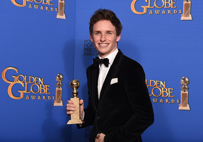 """Eddie Redmayne with the award for Best actor - drama for """"The Theory of Everything"""""""