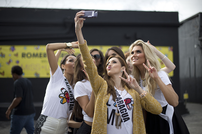 Miss Nicaragua takes a selfie with other contestants