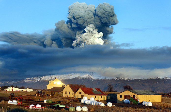 Volcanic ash was thrown several kilometers up, disrupting air traffic for several days. Photo: Volcano in southern Iceland's Eyjafjallajokull glacier sending ash into the air