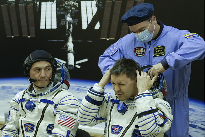 In the course of the mission at the ISS, Oleg Kononenko will do an experiment on remote controlling of the robots based on the Earth from space. Photo: Oleg Kononenko and Kjell N. Lindgren