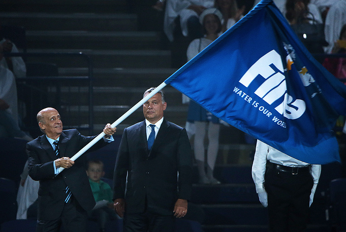 President of the International Swimming Federation Julio Maglione handed over the FINA flag to Hungarian Prime Minister Viktor Orban who represented Budapest, the host city of the 2017 FINA World Championships
