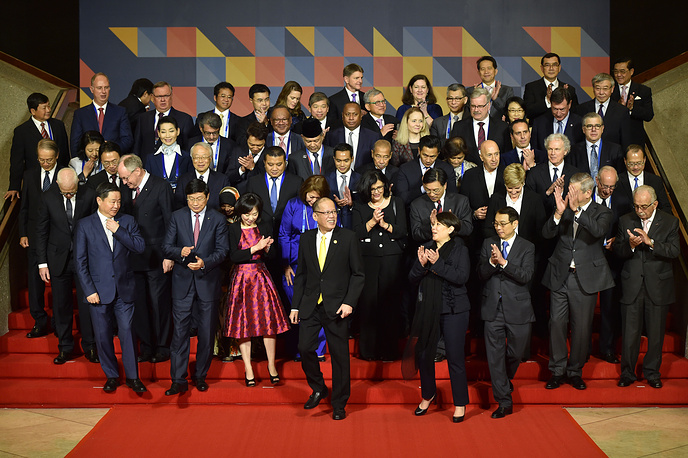 Philippine President Benigno Aquino (center) and other leaders and representatives of the APEC Business Advisory Council (ABAC) ahead of the official welcome for the APEC leaders in Manila, Philippines